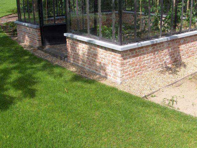 Serre de jardin en verre avec des profils en fer forgé ...