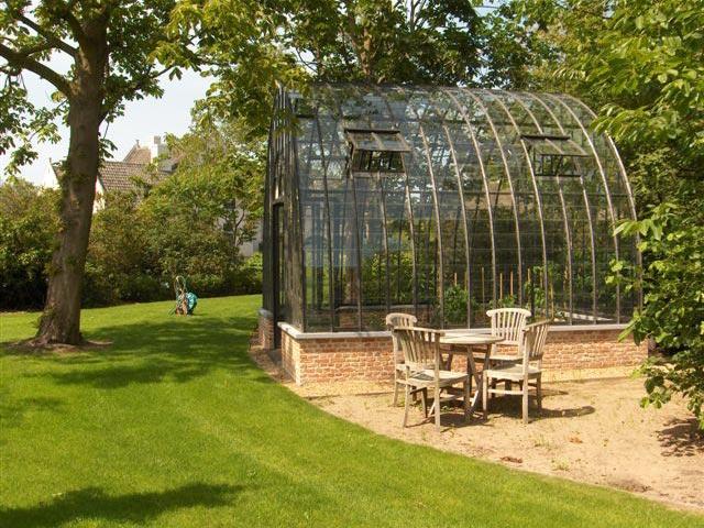 Serre de jardin en verre avec des profils en fer forg for Serre en verre de jardin