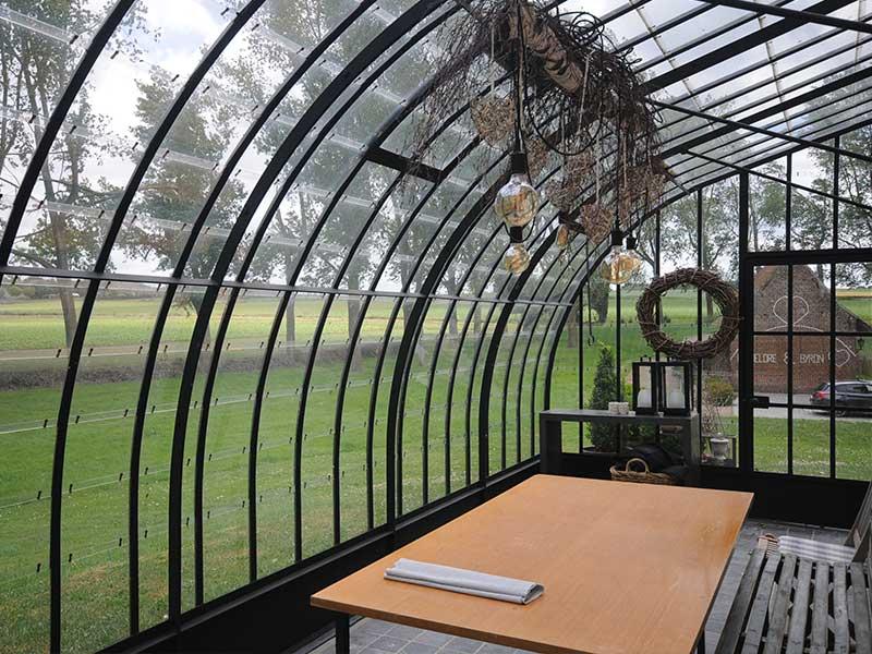 binnenin de zelfbouw serre met verharde ondergrond omgeven door natuur dbg classics