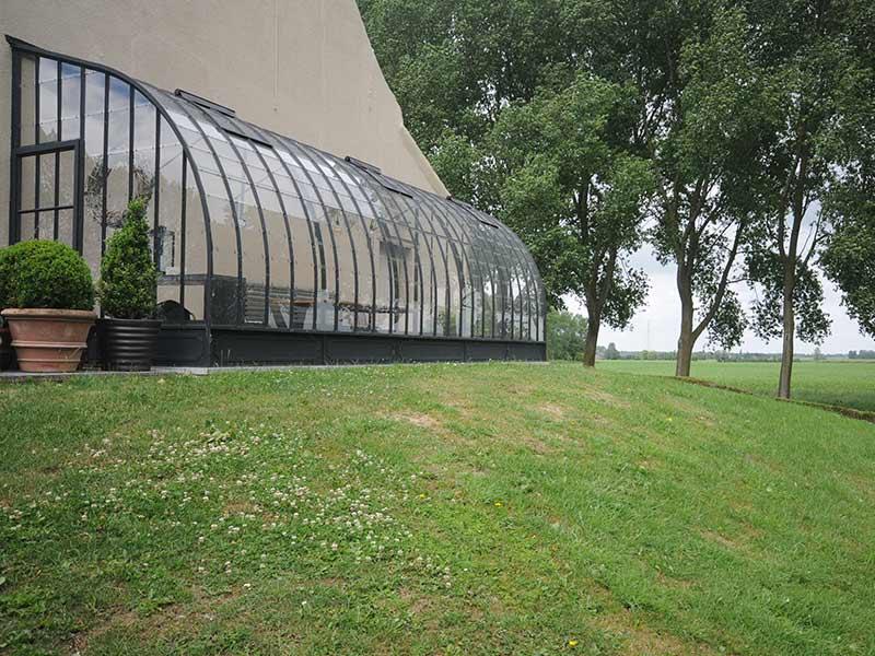 voorkant smeedijzeren zelfbouwserre met gebogen dak