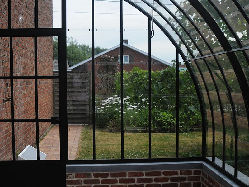 voorzijde met deur van klassieke smeedijzeren veranda aangebouwd tegen woning dbg classics