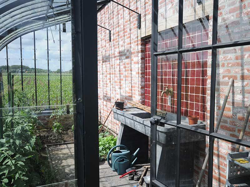 tuinserre kopen interieur met prachtige waterbak in natuursteen veel natuurlijk licht