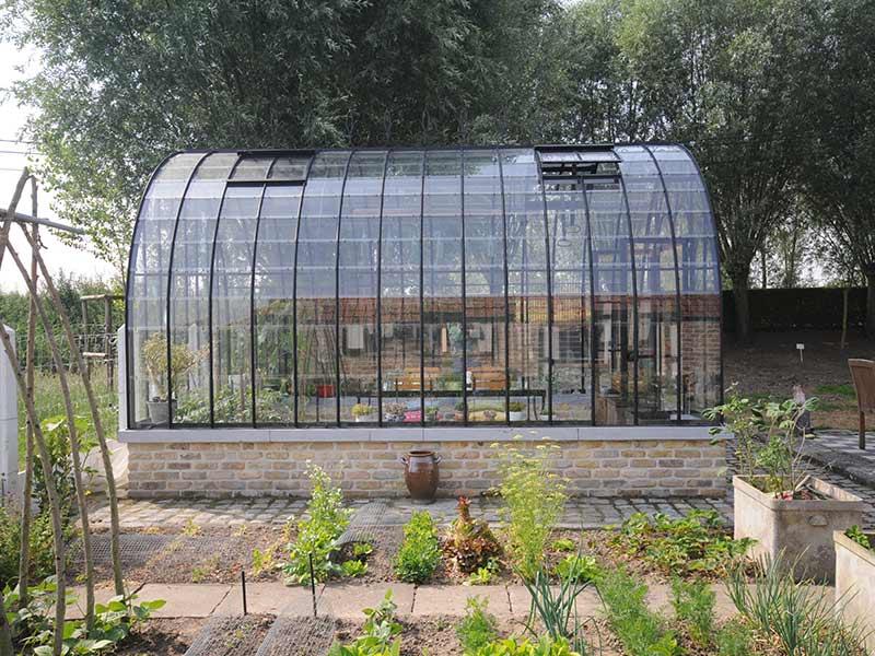 antieke tuinkas met gebogen dak smeedijzeren profielen