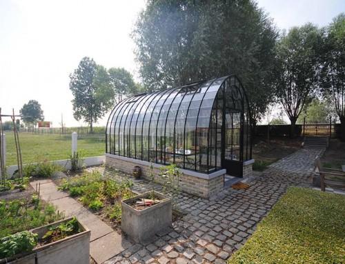 Antieke tuinkas als elegant rustpunt in uw tuin