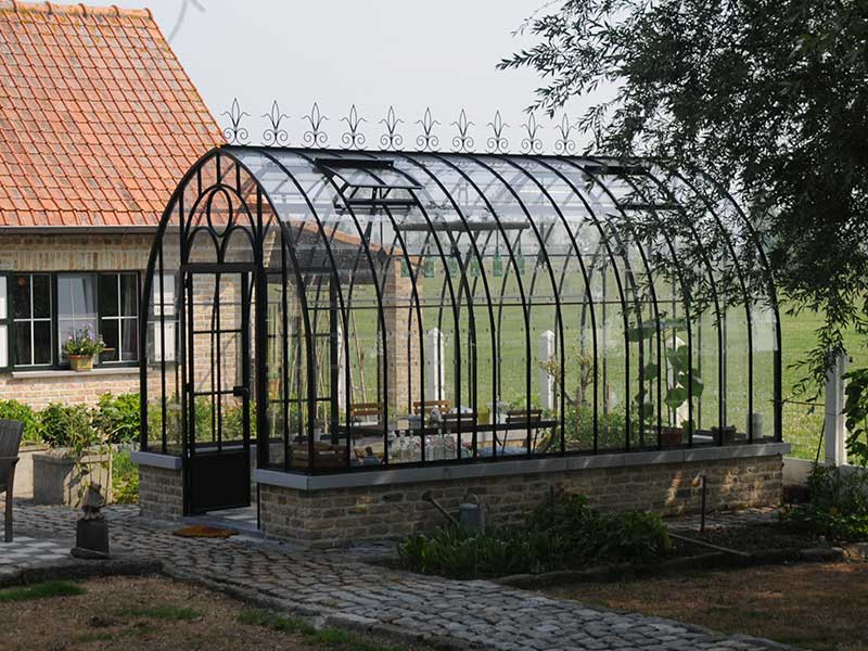 l gante serre ancienne en fer forg comme coin repos dans votre jardin. Black Bedroom Furniture Sets. Home Design Ideas
