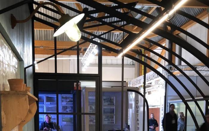 eclairage cuivre au dessus plan de travail avec evier serre adossee stand dbg classics batibouw 2018