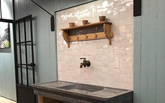 vaste plan de travail surplombe par rayonnage pratique serre adossee stand dbg classics batibouw 2018
