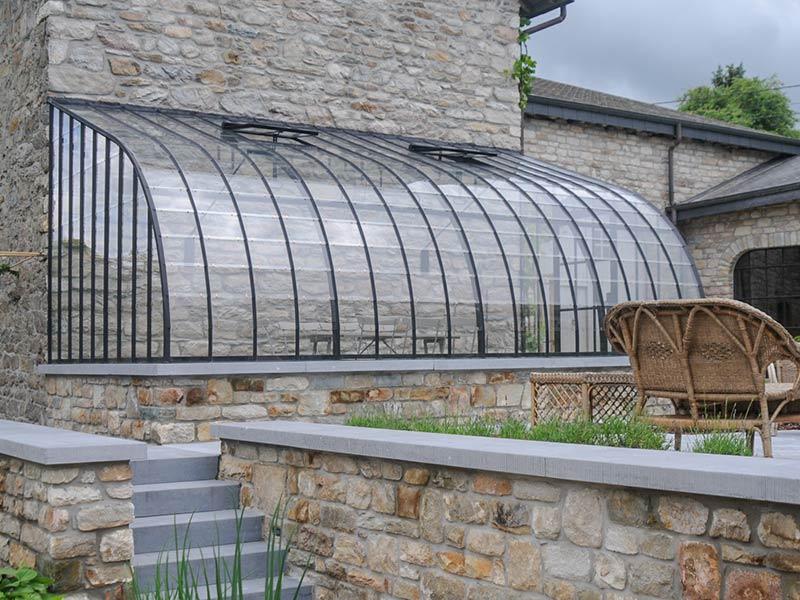 Véranda rustique adossée à une façade latérale et reposant ...