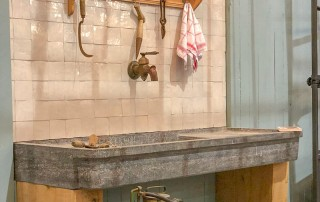 robinet rustique et evier en pierre naturelle contre mur dbg classics