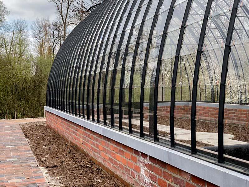 linkerflank vrijstaande tuinkamer wandelpad uit klinkers rond de serre dbg classics