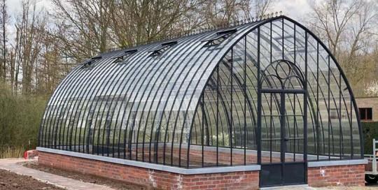 vrijstaande tuinkamer uit smeedijzer en glas met sierlijk gebogen dak dbg classics