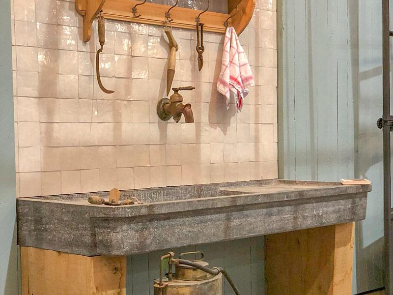 outils anciens et plan de travail en pierre bleue decoration serre en fer forge