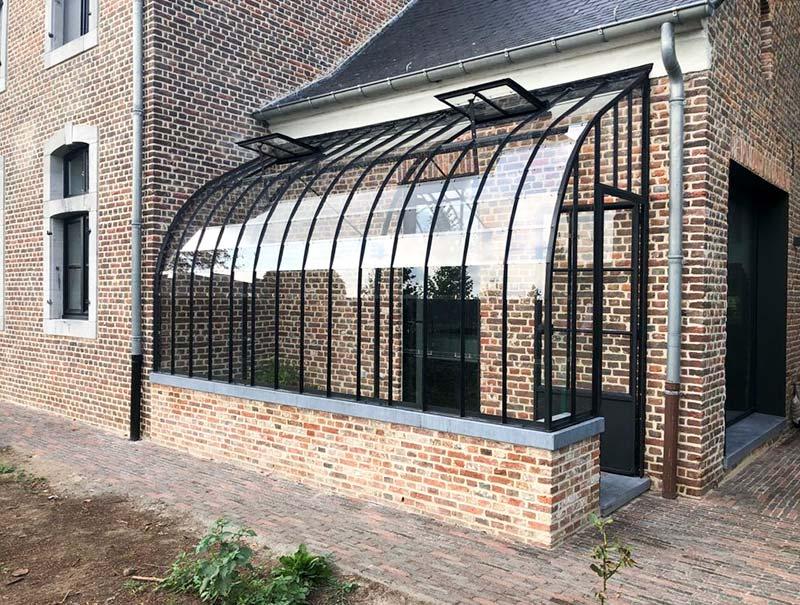 aanbouw tuinserre op halfhoog muurtje als voorplaats dbg classics