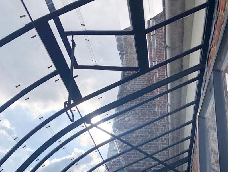 ventilatie luiken in dak van aanbouw tuinkamer voor verluchting