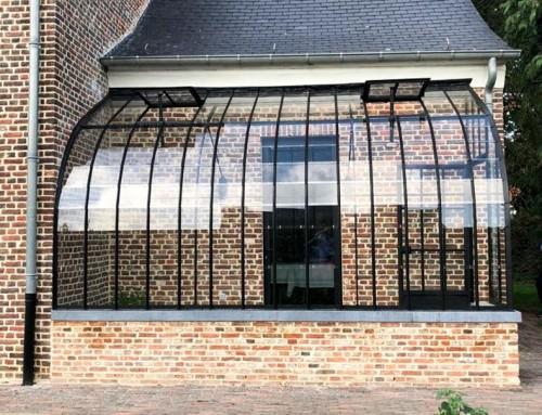 Le salon de jardin attenant, un espace polyvalent en verre et fer forgé