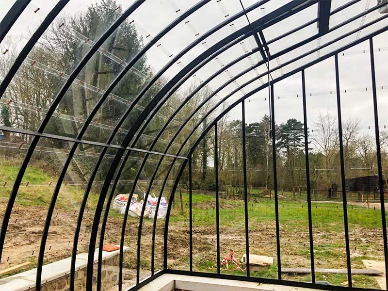 serre rustique vue interieure profils fins optimisent entree de lumiere