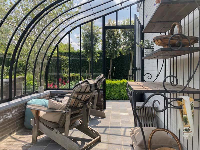 elegante stijlvolle inrichting binnenin comfortabele zitstoelen en bijhorende decoratie dbg classics