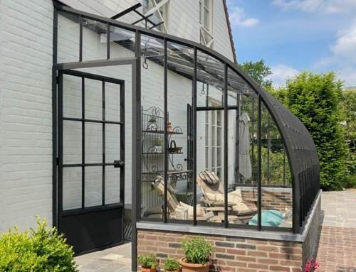 Véranda élégante à toit incurvé en verre et fer forgé | DBG Classics