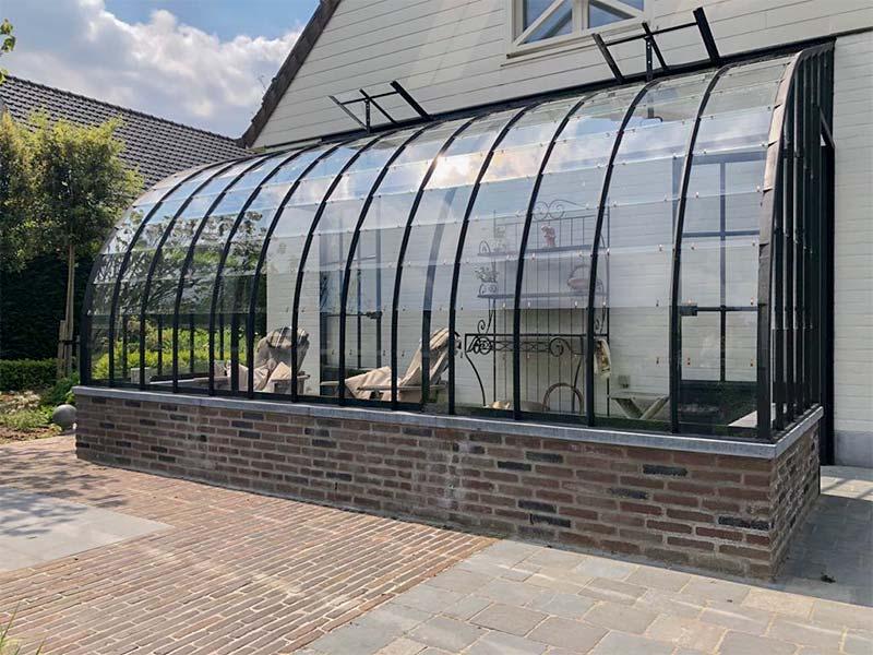 vooraanzicht klassieke elegante veranda aanbouwmodel tegen zijgevel huis
