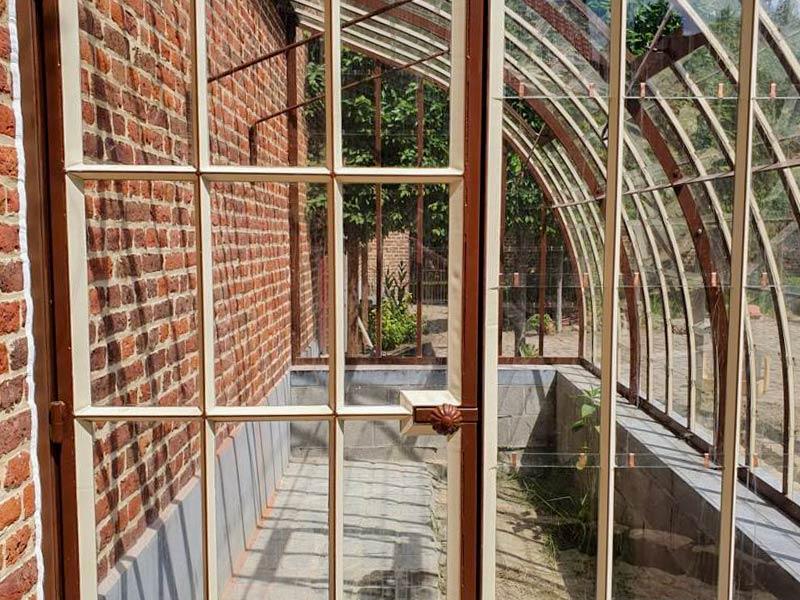 entree serre murale arrondie modele rectangulaire en verre et profils fer forge dbg classics