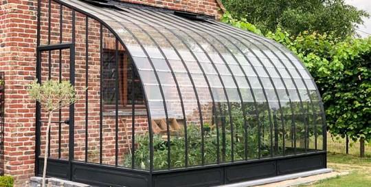 serre a toit incurve en verre et ferronnerie contre facade dbg classics