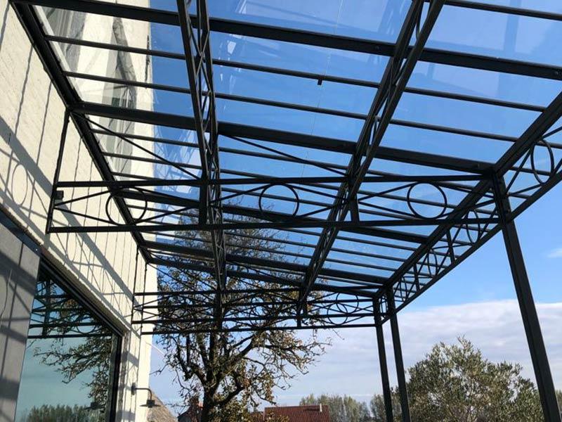 couverture de terrasse en verre sur mesure profils en fer forge dbg classics