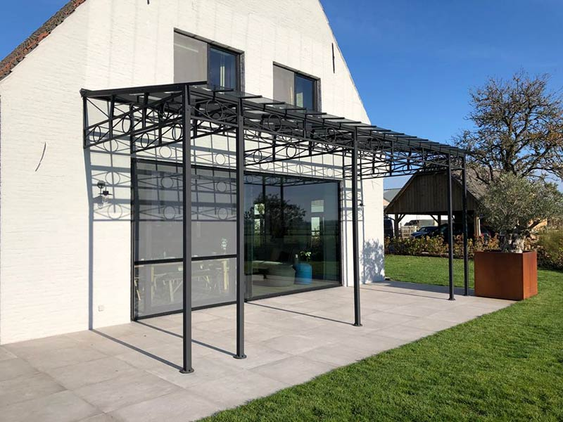 smeedijzeren terrasoverkapping met glas en stijlvolle uitstraling