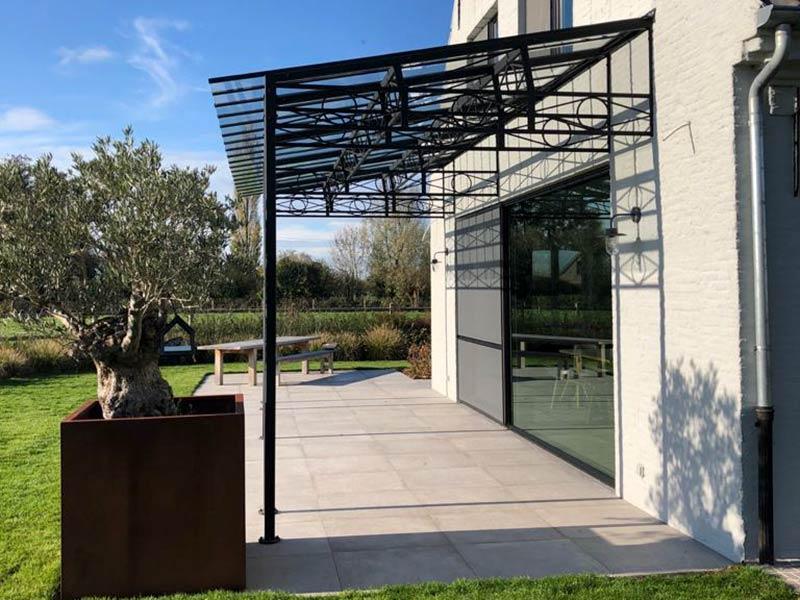 smeedijzeren terrasoverkapping met plat dak uit glas maatwerk dbg classics