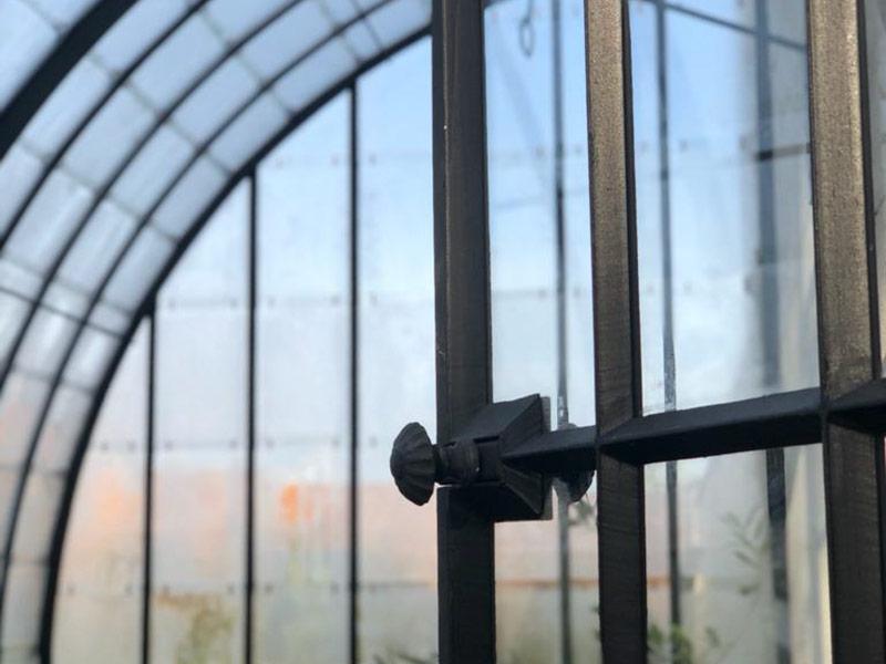 elegante afwerking smeedijzeren deur met glas in zwarte kleur dbg classics