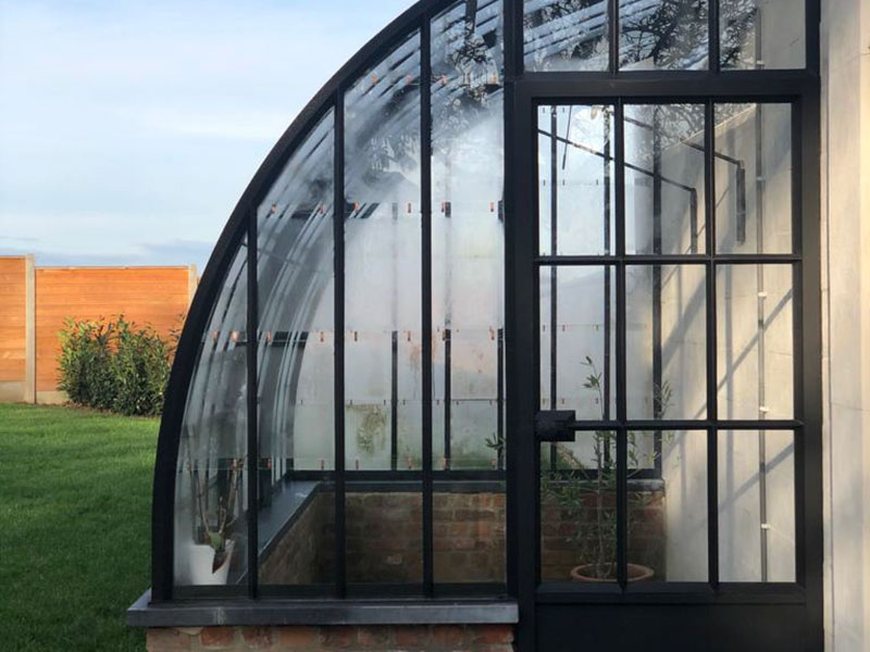 ingang deur smeedijzer en glas gebogen muurserre elegant stijlvol design