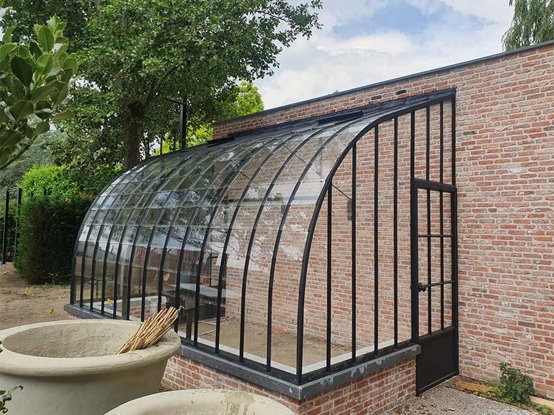 klassieke aanbouw serre tegen muur in tuin elegante lijnen smeedijzeren profielen dbg classics