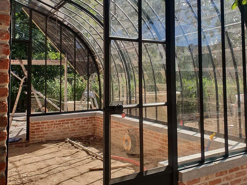 modele classique serre sur muret avec toit incurve en verre et fer forge dbg classics