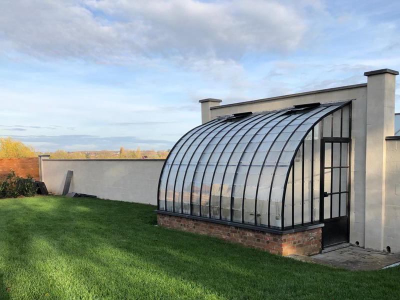 serre tuinkamer aanbouw tegen tuinmuur stijlvol ontwerp sierlijke lijnen dbg classics