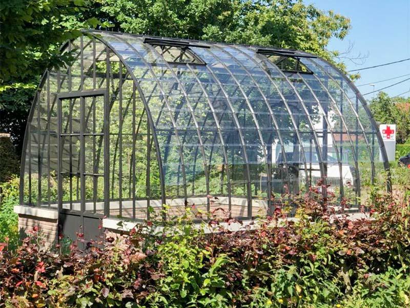 serre tuinkamer centraal in tuin prachtige blikvanger met elegante lijnen uitstraling dbg classics