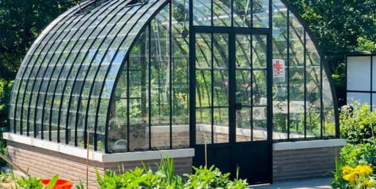 serre tuinkamer in traditionele stijl op muurtje gebouwd dbg classics