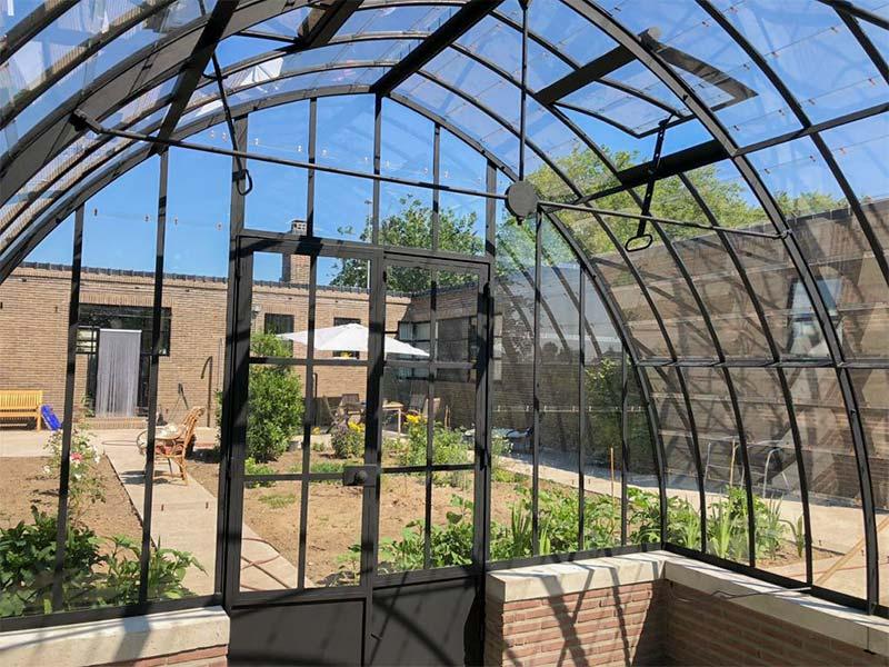 smeedijzeren deur en gebogen dak met verluchtingsluiken van serre tuinkamer dbg classics