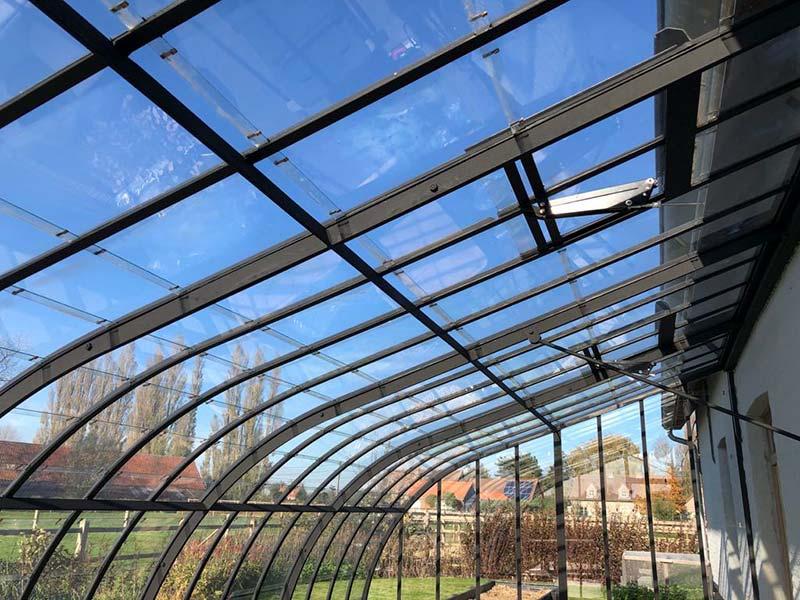 ventilatieluiken in dak luxe serre voor optimale luchtcirculatie tijdens lente en zomer dbg classics