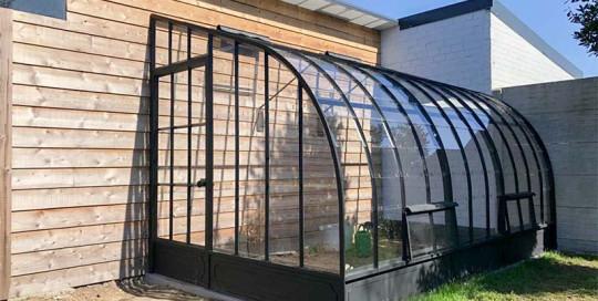 hoekserre tegen 2 muren aangebouwd met extra ventilatieluiken vooraan dbg classics