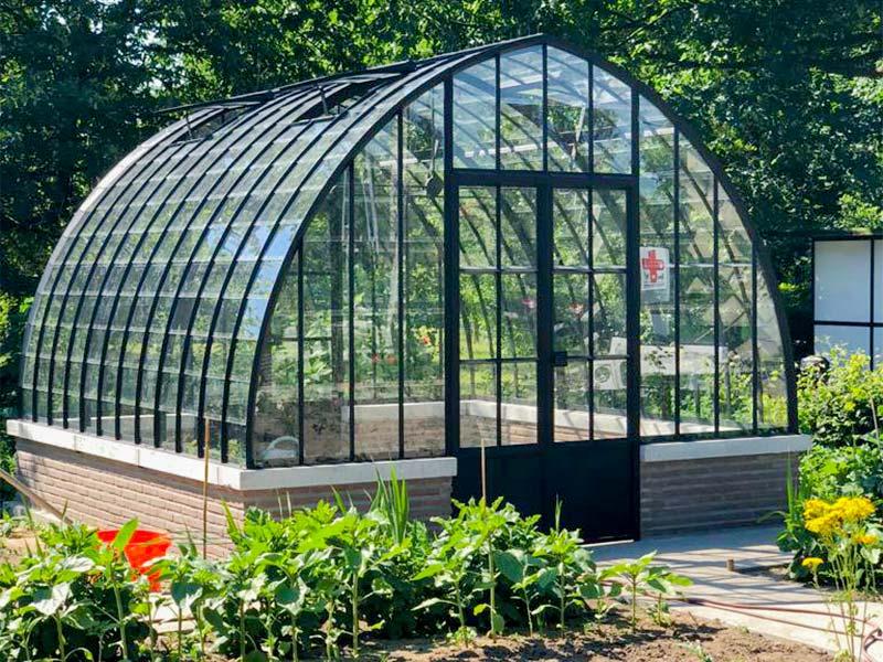 Orangerie indépendante de style classique construite sur un petit mur
