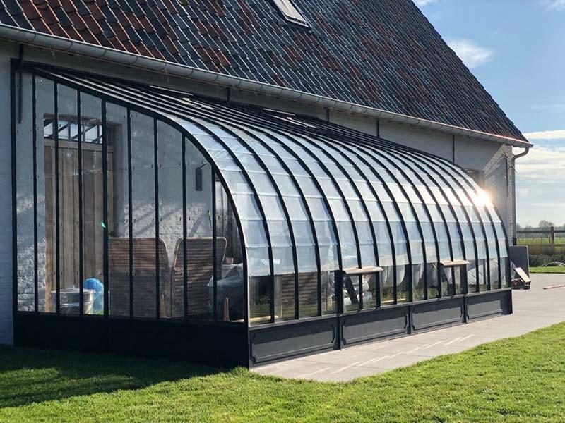 Serre de luxe comme extension exclusive pour plus d'espace de vie et d'ensoleillement