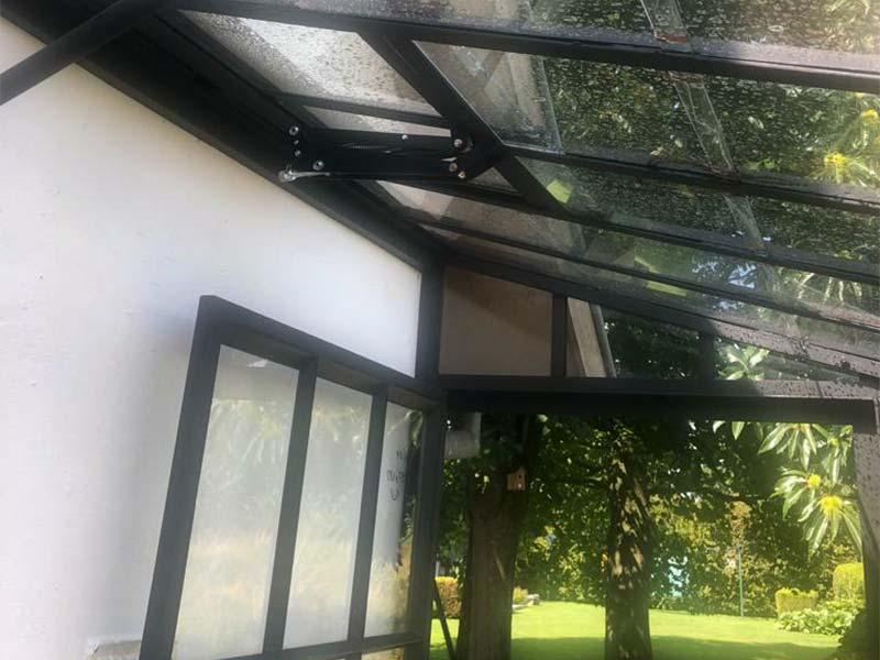 ventilatieluik in gebogen dak aangebouwde serre voor natuurlijke ventilatie tijdens warme dagen dbg classics